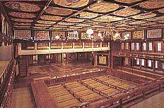 2階より花道、舞台、桝席、上手桟敷・天井広告の写真